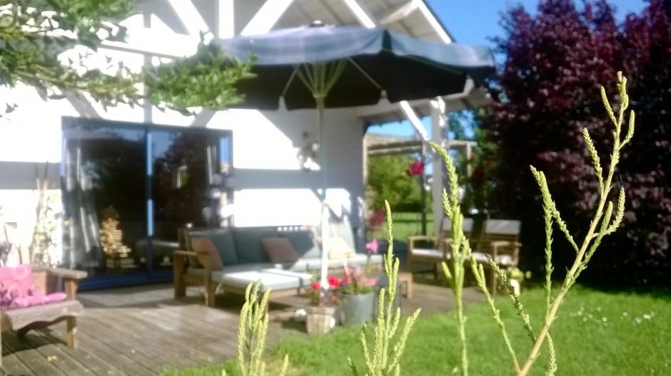 Terrasse-maison-bois-floue